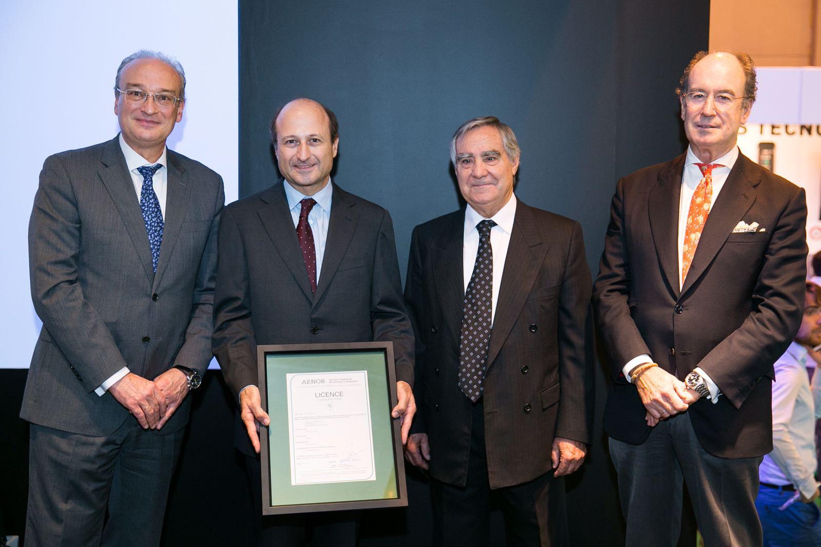 De izquierda a derecha, Avelino Brito es el nuevo Director General de la Asociación Española de Normalización y Certificación (AENOR), Luis Lopezbarrena (CEO del Grupo Simon), Carlos Esteban (Presidente de AENOR) y Alfredo Berges, presidente de Anfalum.